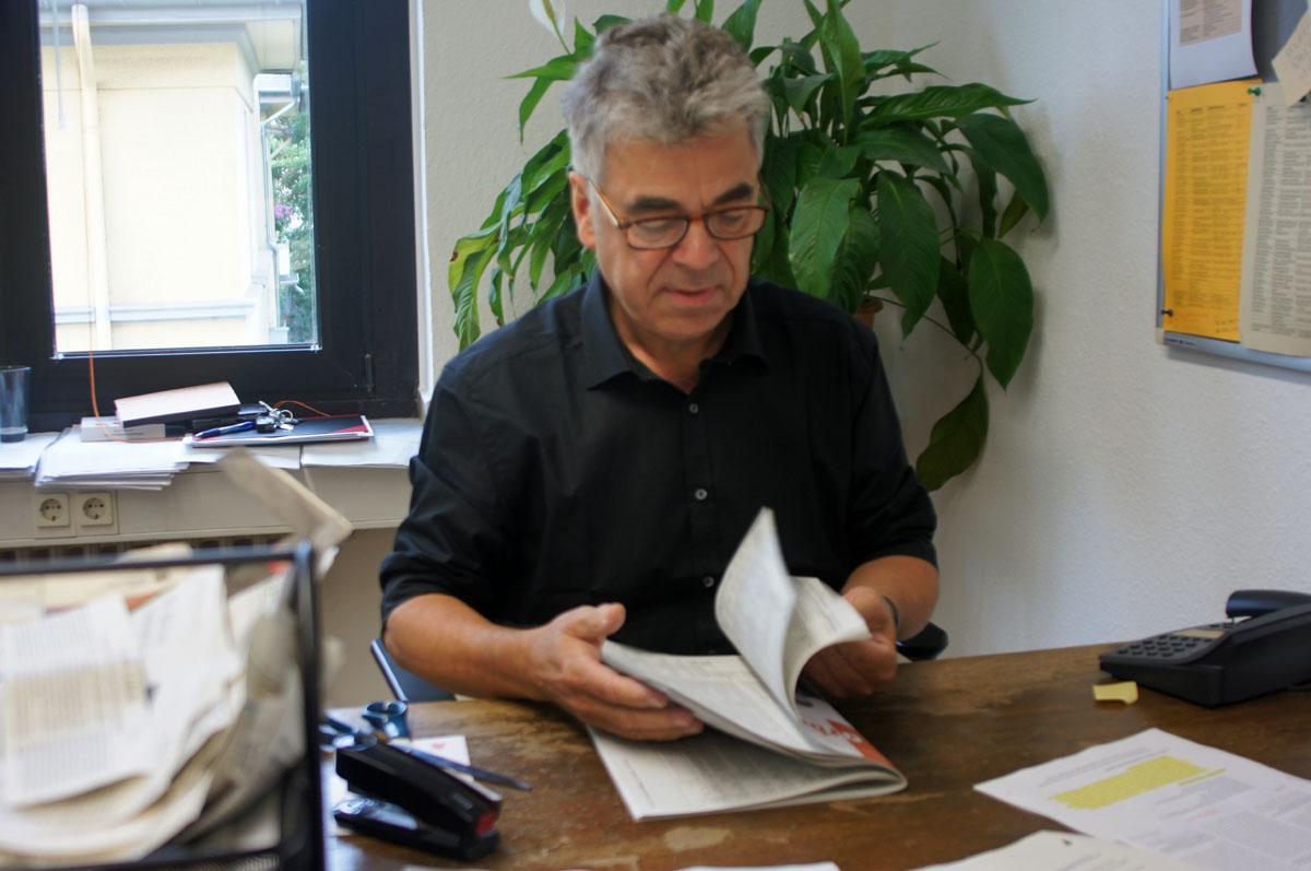 Andreas Pallenberg blättert kritisch durch die aktuelle Ausgabe. Foto: Blaß