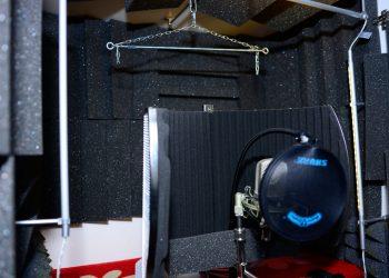 Sprecherkabine: Blick in den Schrank